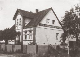 """Das Haus Detmolder Str. 1a in Bad Lippspringe (heute Nr. 31), in dem die Familie Kusserow ab 1931 wohnte. An beiden Kopfseiten des Hauses war eine Aufschrift zu lesen: """"LESEN SIE DAS GOLDENE ZEITALTER"""", eine Zeitschrift von Jehovas Zeugen, die damals monatlich erschienen ist. Jehovas Zeugen, Archiv Zentraleuropa"""