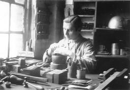 Wilhelm Kusserow bei seiner Arbeit als Graveur. Jehovas Zeugen, Archiv Zentraleuropa