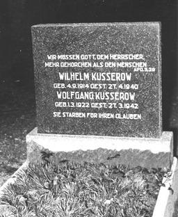 Grabstein von Wilhelm und Wolfgang Kusserow. Jehovas Zeugen, Archiv Zentraleuropa
